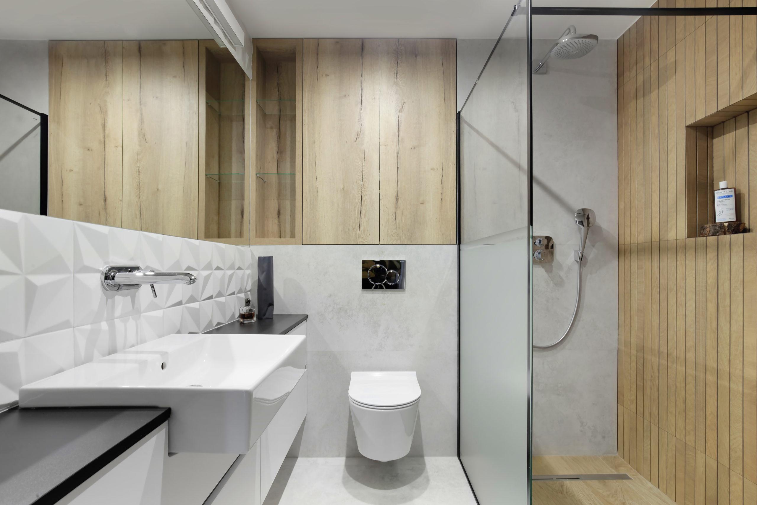 szara łazienka z drewnem