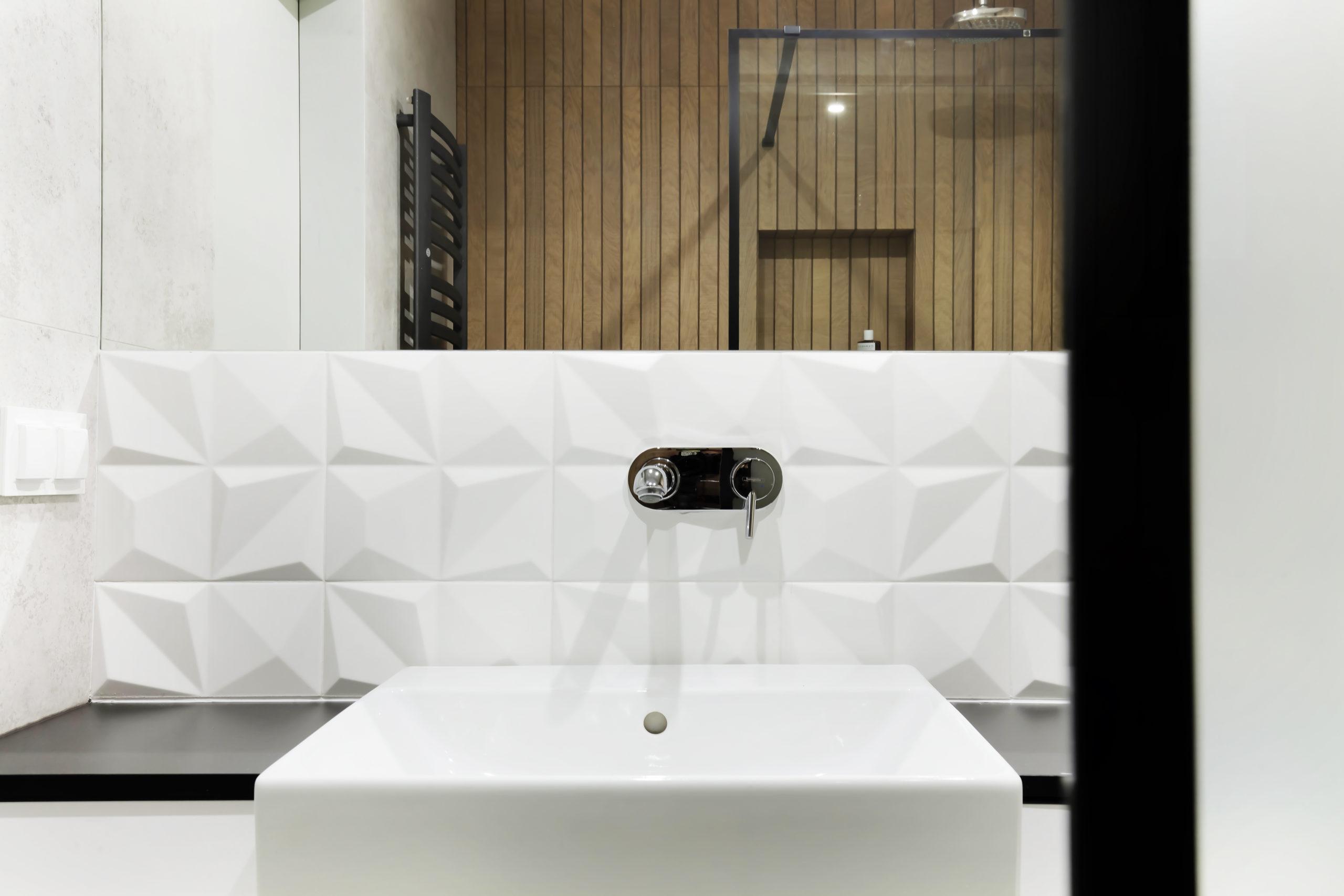 białe płytki 3d i drewno w łazience nowoczesnej