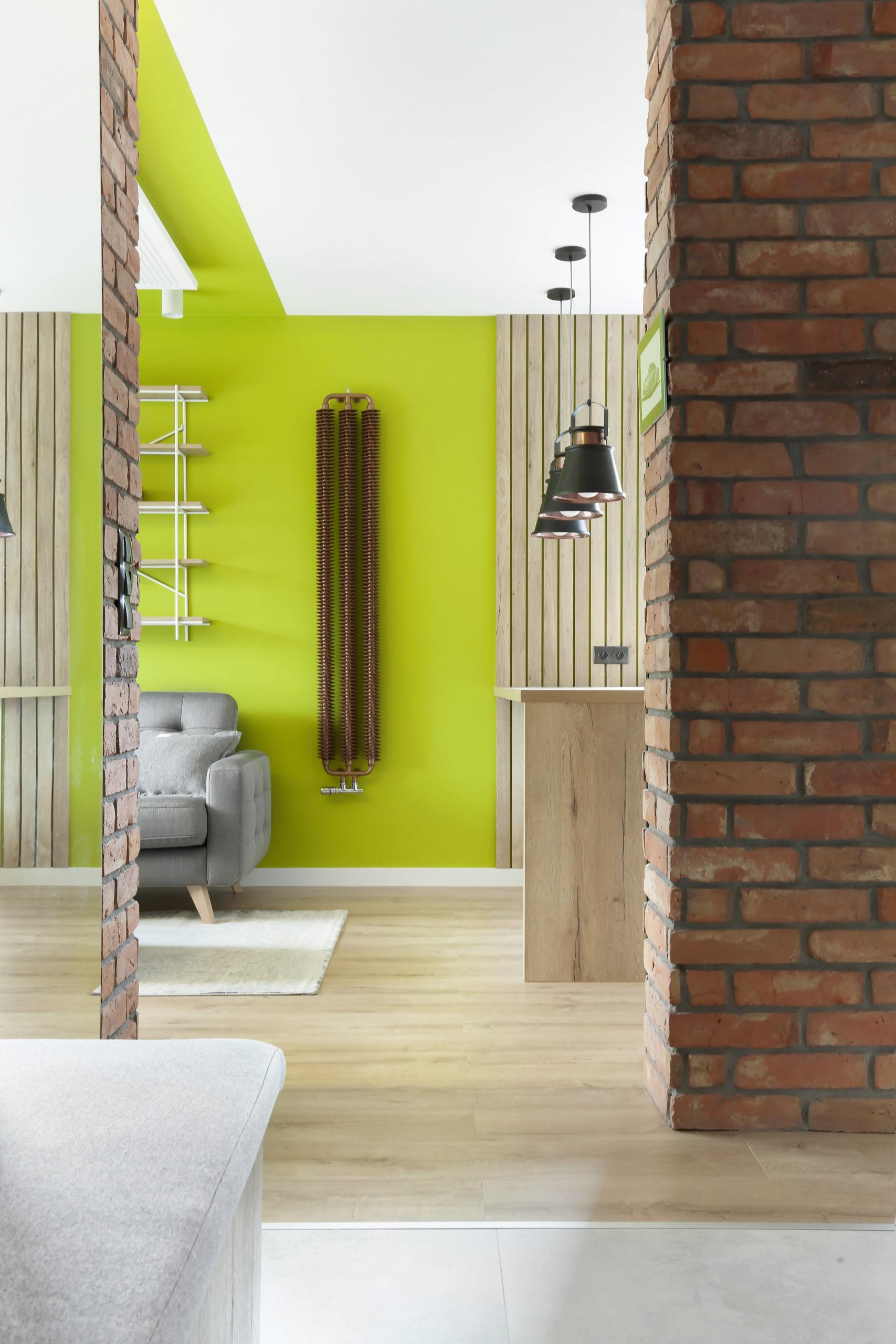 salon w stylu nowoczesnym - zielone ściany i cegła dekoracyjna