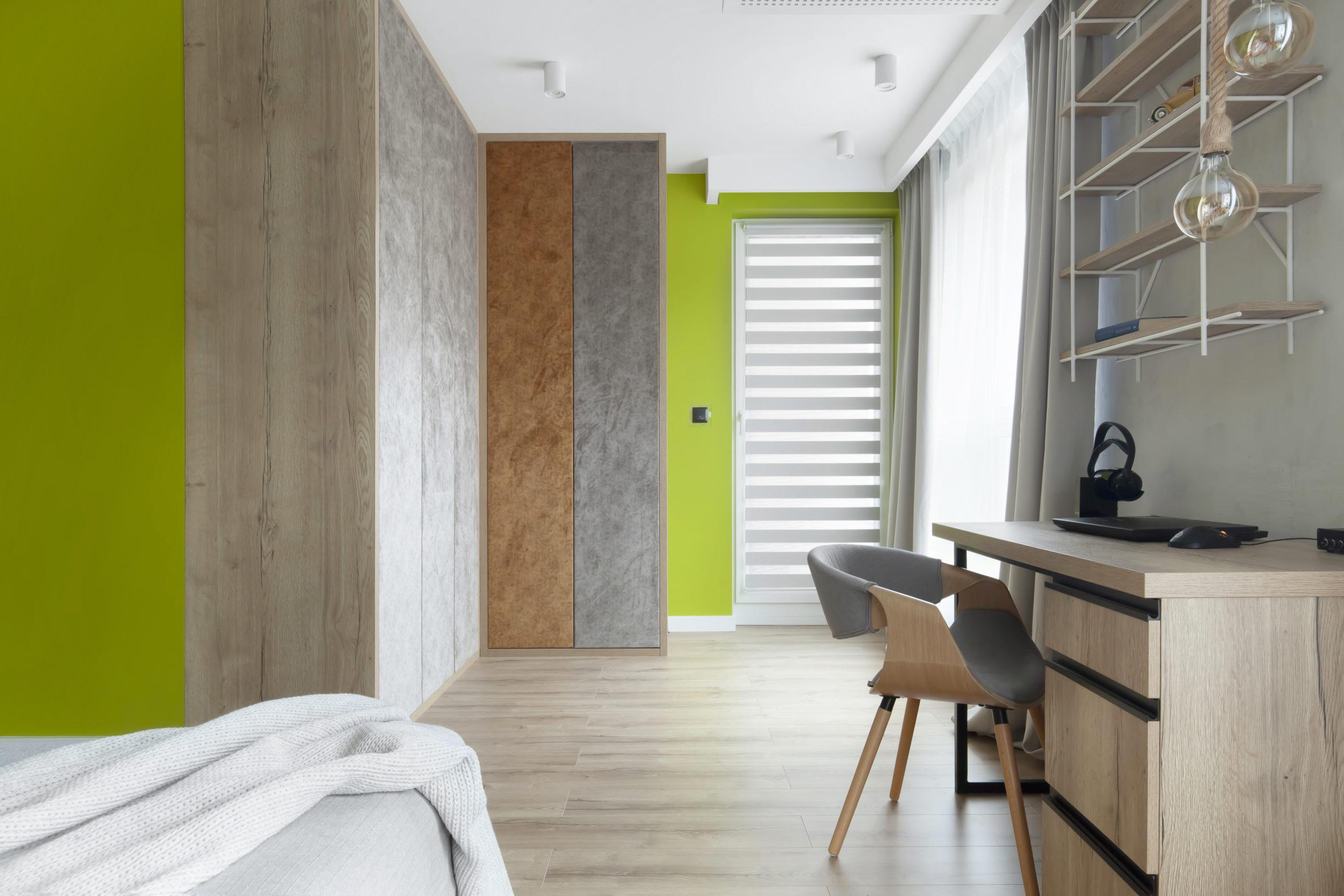 garderoba i miejsce do pracy w sypialni