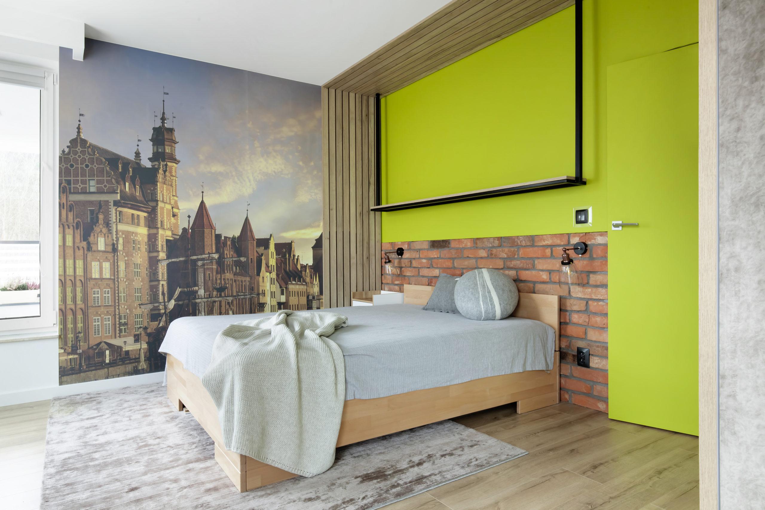 zielona sypialnia z cegłą i fototapetą
